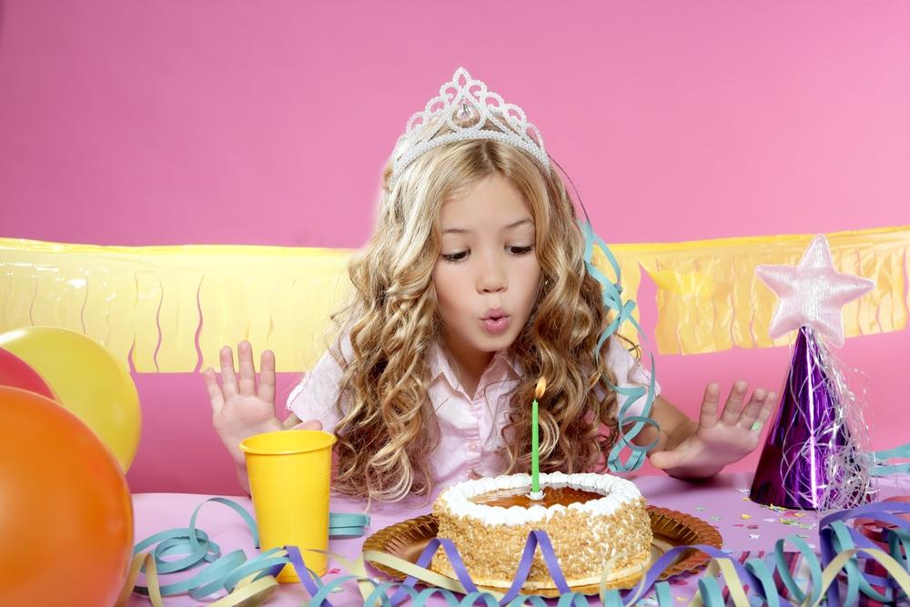 ילדה במסיבת יומולדת