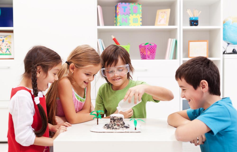 ילדים מכינים הר געש