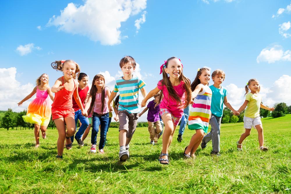 ילדים שמחים רצים בדשה בחוץ
